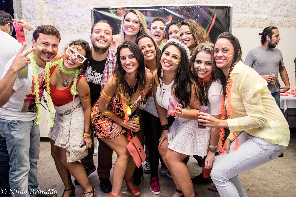 Amigas posam para foto, com seu melhor sorriso na festa de aniversario da Naty