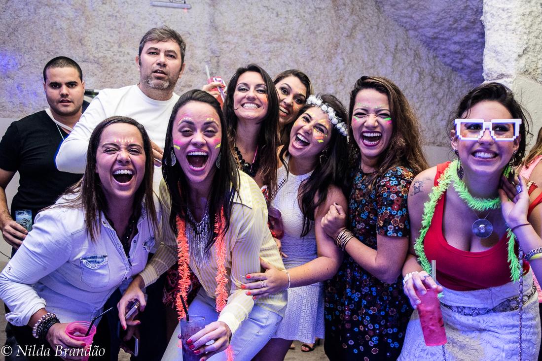 Amigas se divertindo a valer na festa da naty, uma celebração á amizade