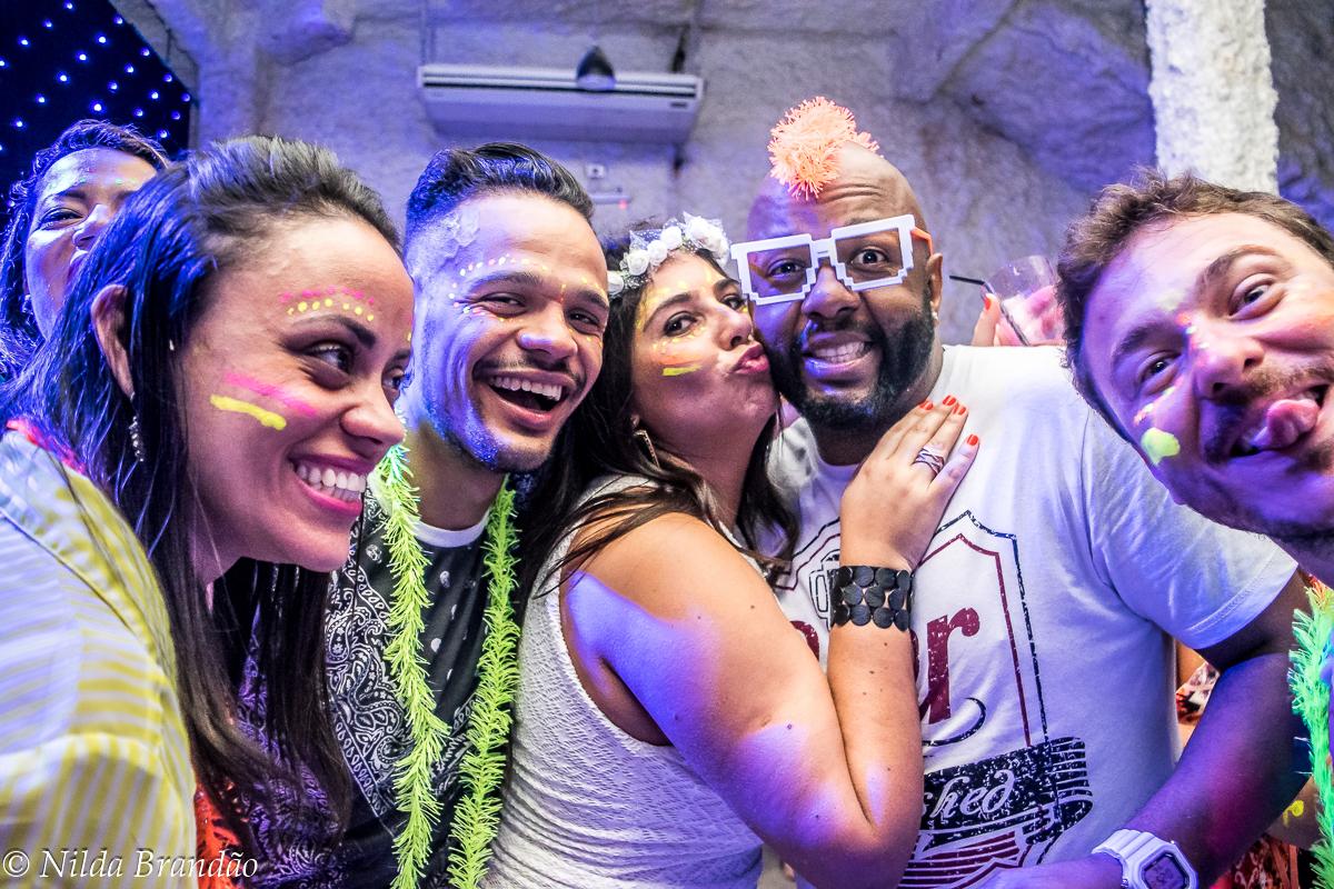 Aproveitando o melhor que a festa pode oferecer, celembrando a vida e as amizades