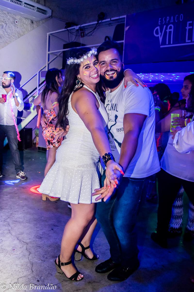 Tem coisa melhor que dançar de rostinho colado? casal dançando juntinho.