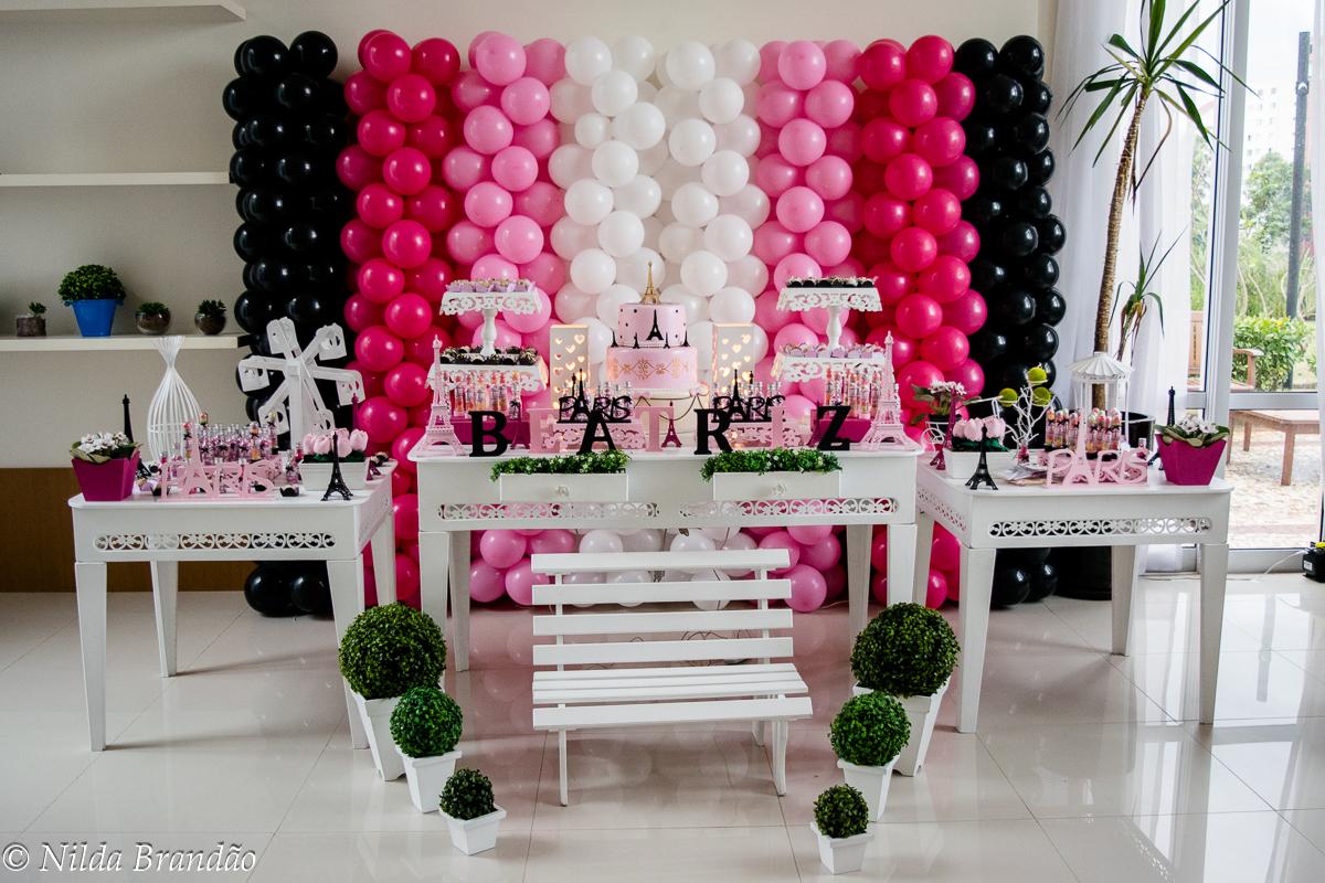 Decoração da mesa na festa da Beatriz com tema Paris, os balões brancos, rosa e pretos dão o charme final na decoração
