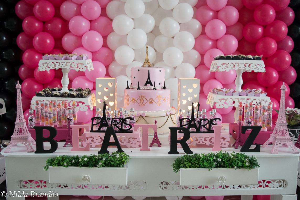 Bolo de aniversario em camadas cor de rosa da festa da Beatriz