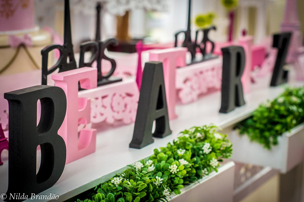 detalhe da mesa decorada com tema Paris no aniversario de 9 anos da Beatriz