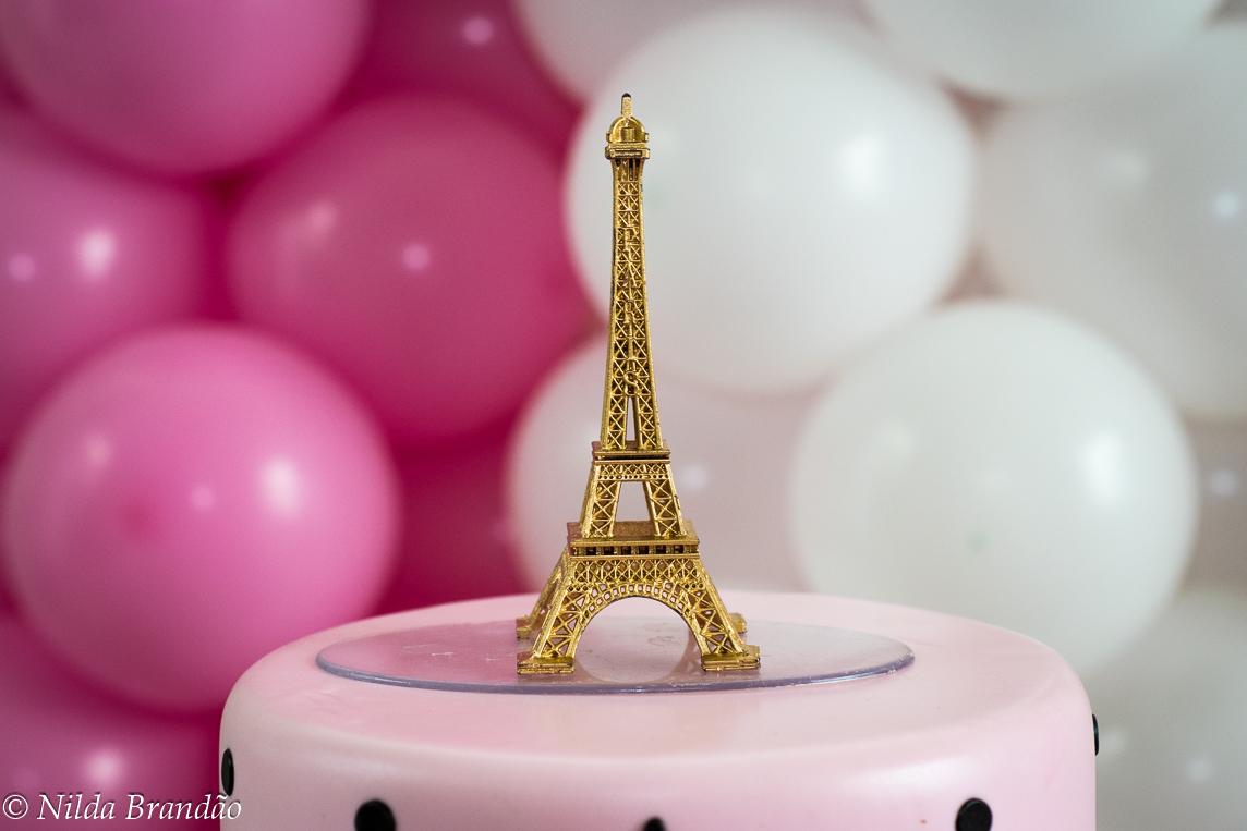 Detalhe do enfeite do bolo, a torre Eiffel é a cara de paris