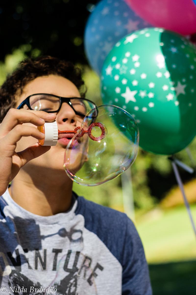 Adolescente fazendo bolhas de sabão