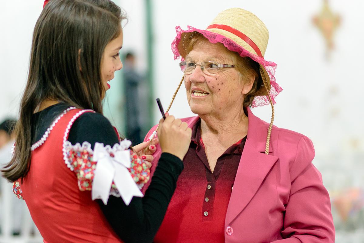 Momento descontraído da neta maquiando a avó