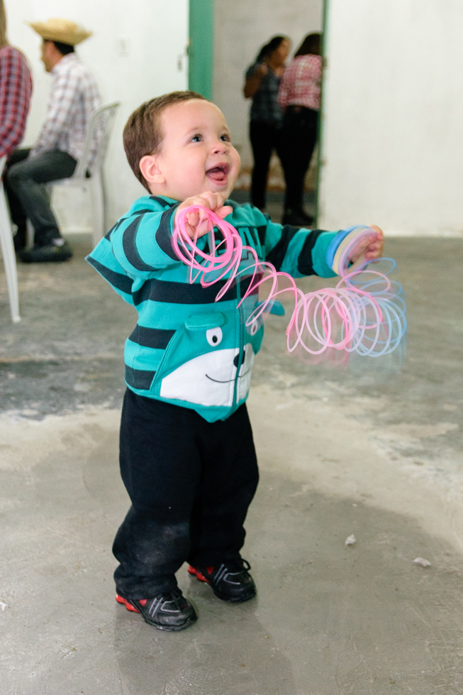Bebê feliz brincando em festa junina