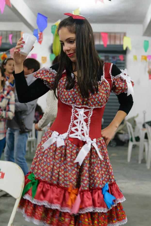 Moça vestida de capiria em festa Junina