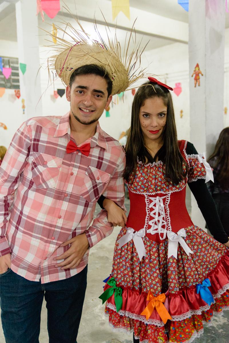 Casal de caipirinhas em festa junina
