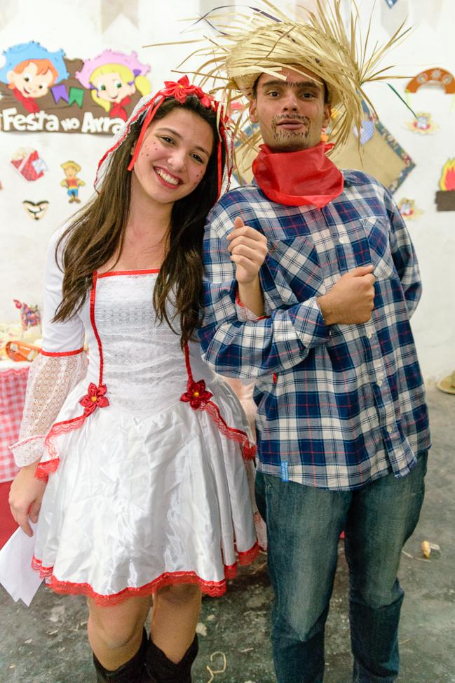 Casal em casamento caipira na festa Junina
