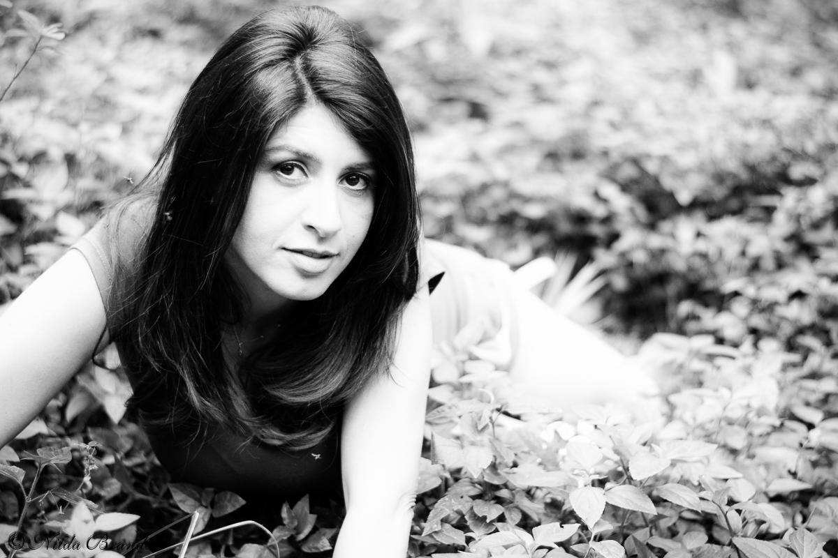 Linda pose em fotografia preto e branco.
