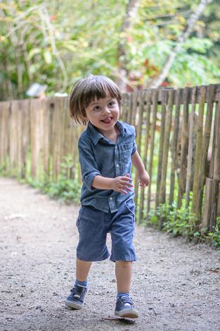 Menino corre proximo ao lindo cercadinho do Parque Burle Marx