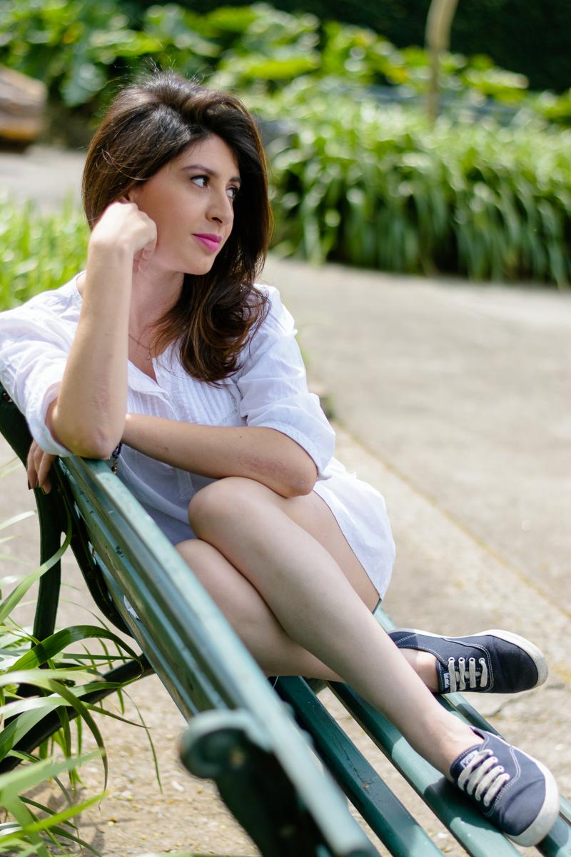 Posando para foto em banco de praça super charmoso