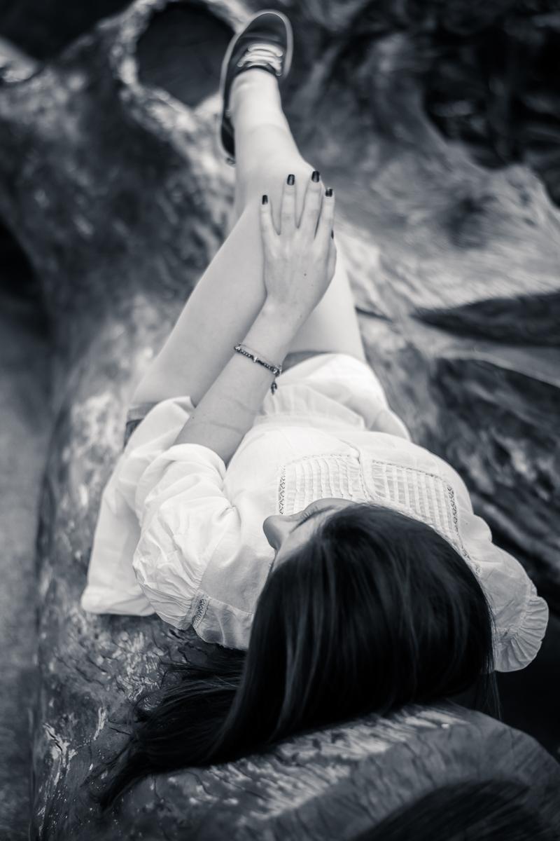 Aproveitando um velho tronco de árvore para fazer essa bela foto em preto e branco