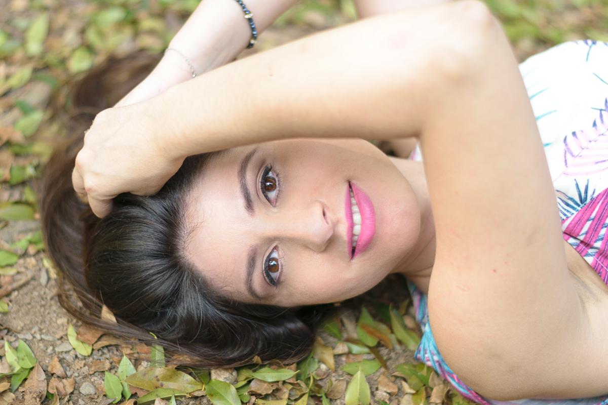 Linda fotografia deitada na grama