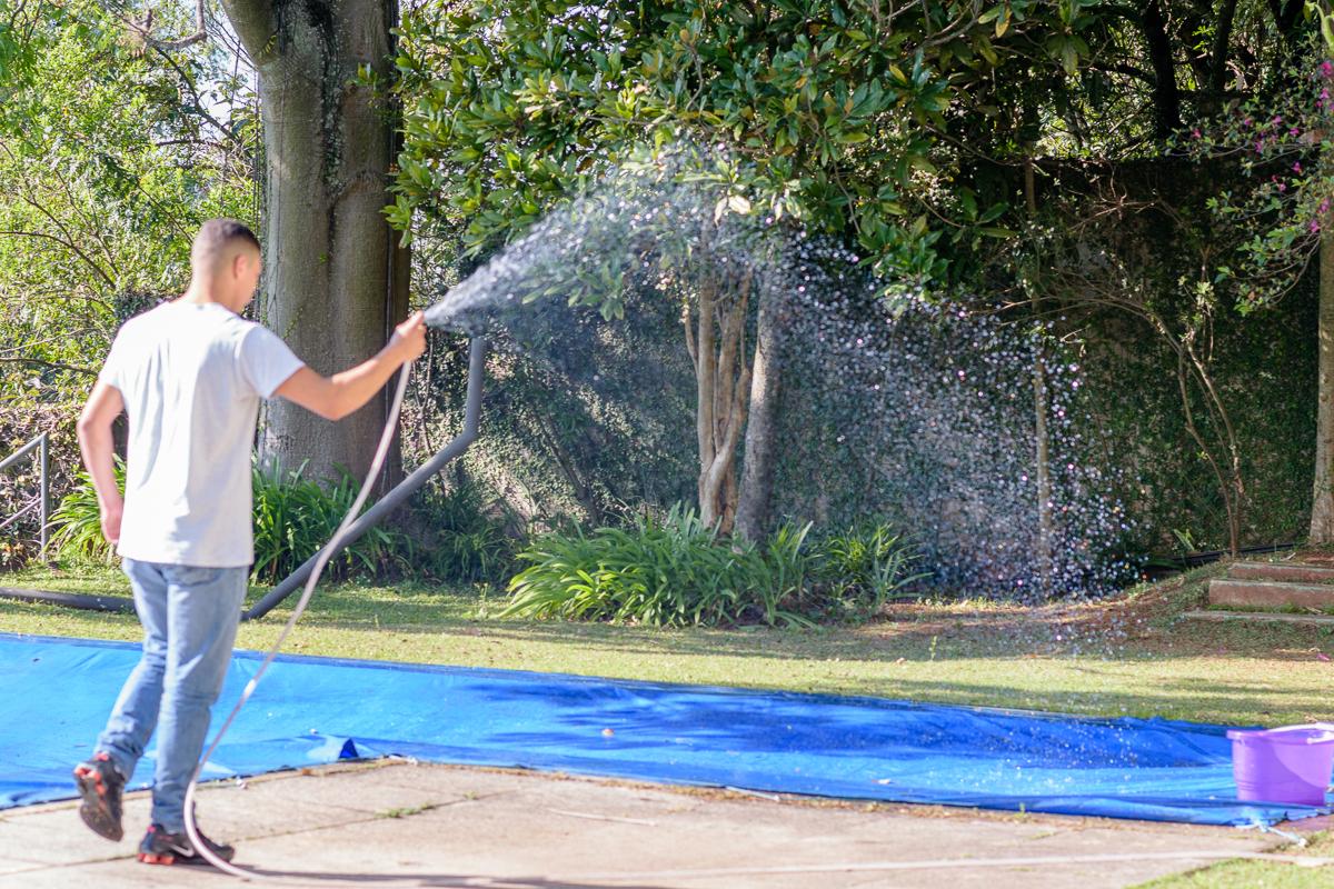 Funcionário hidrata lona da piscina na casa cosy sp