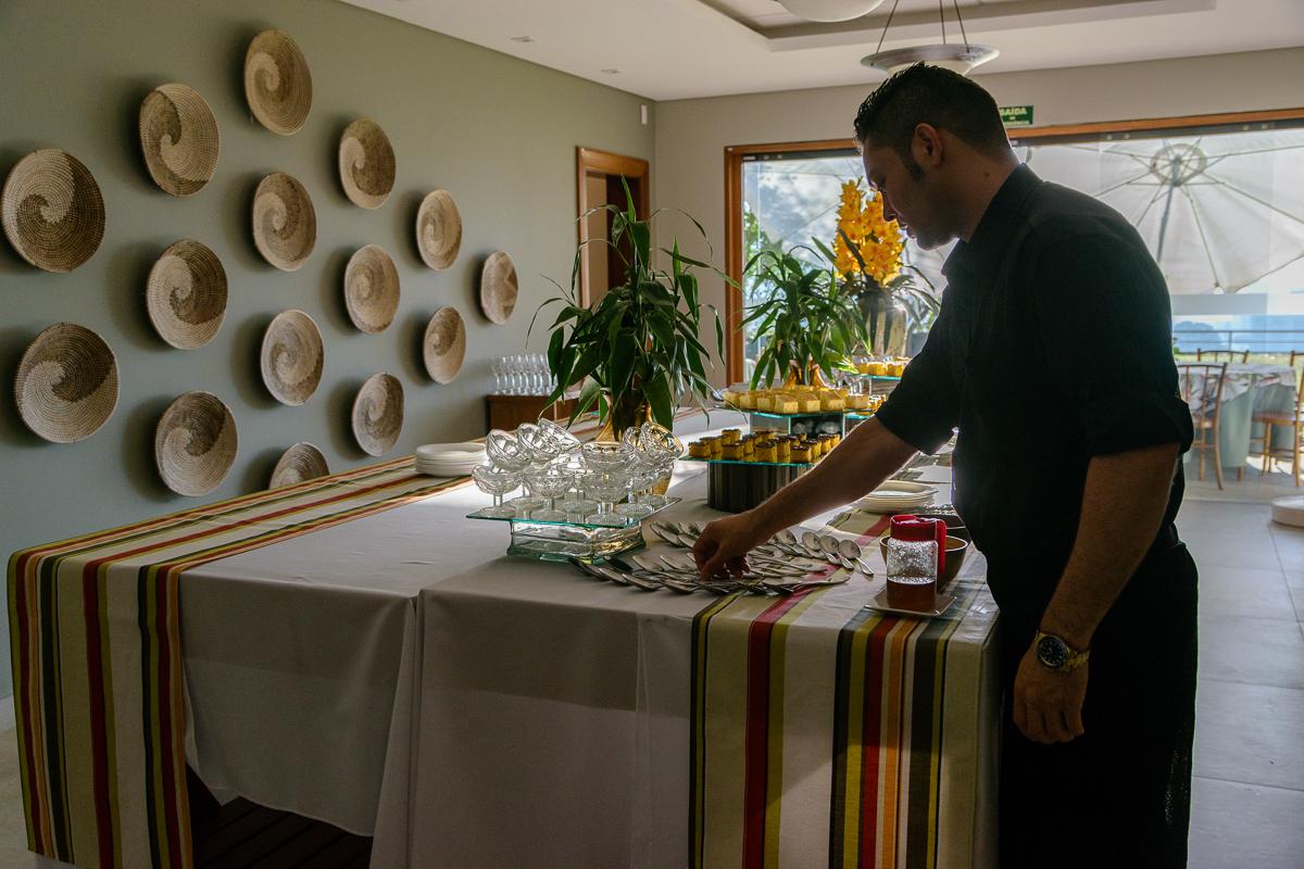 Funcionário arruma ultimos detalhes da mesa de café da manhã