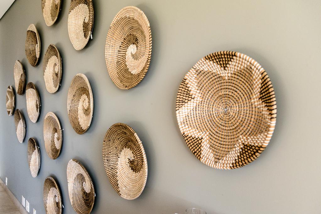 Detalhe do arranjo da parede, lindas cestas feitas a mão