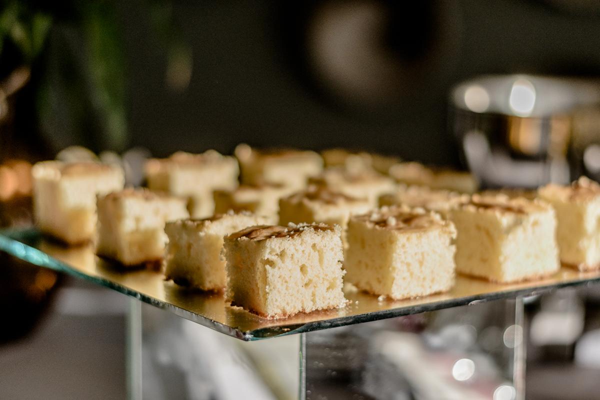 Detalhe da mesa de café da manha, bolo de laranja fofinho