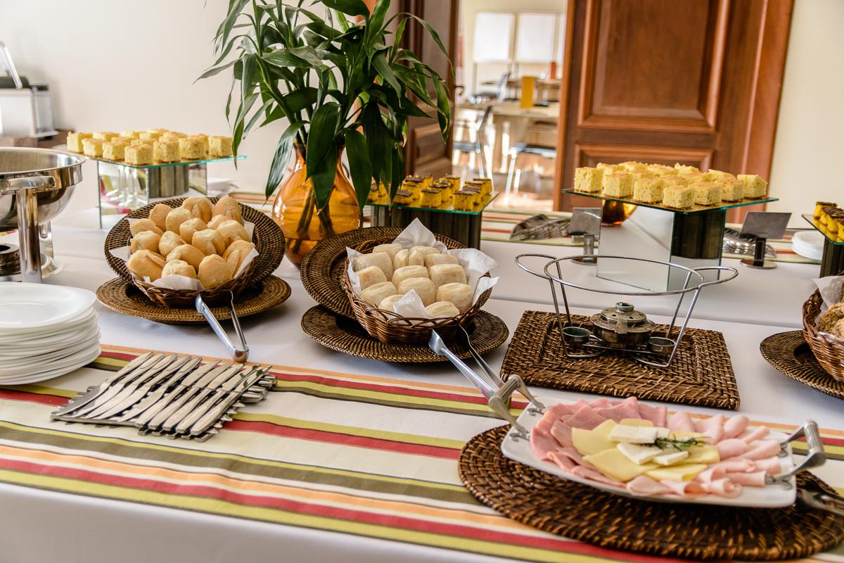 Mesa de café da manha lindamente arrumada apenas esperando os convidados do evento corporativo na casa Cosy, no Morumbi