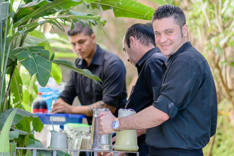 Funcionários servem as bebidas em evento corporativo na Casa Cosy, em Sao paulo