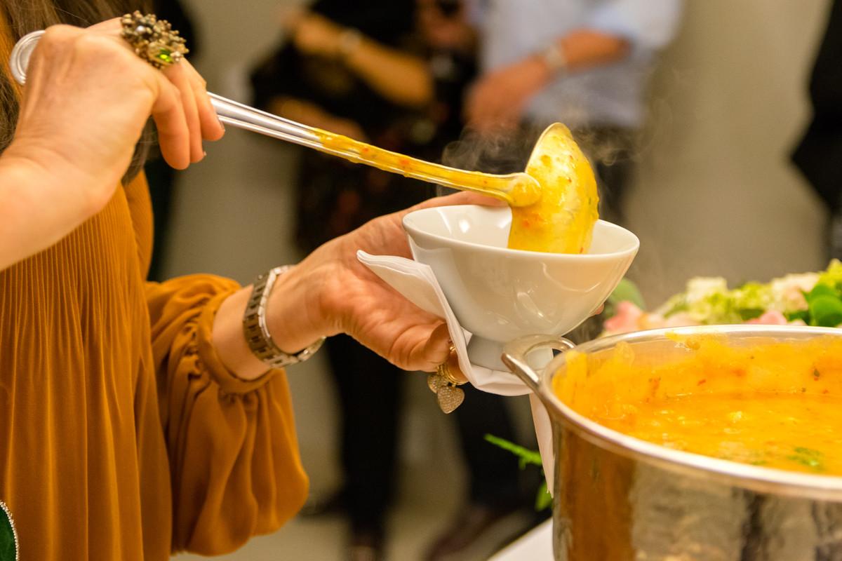 Convidado servindo-se de bobó de camarão