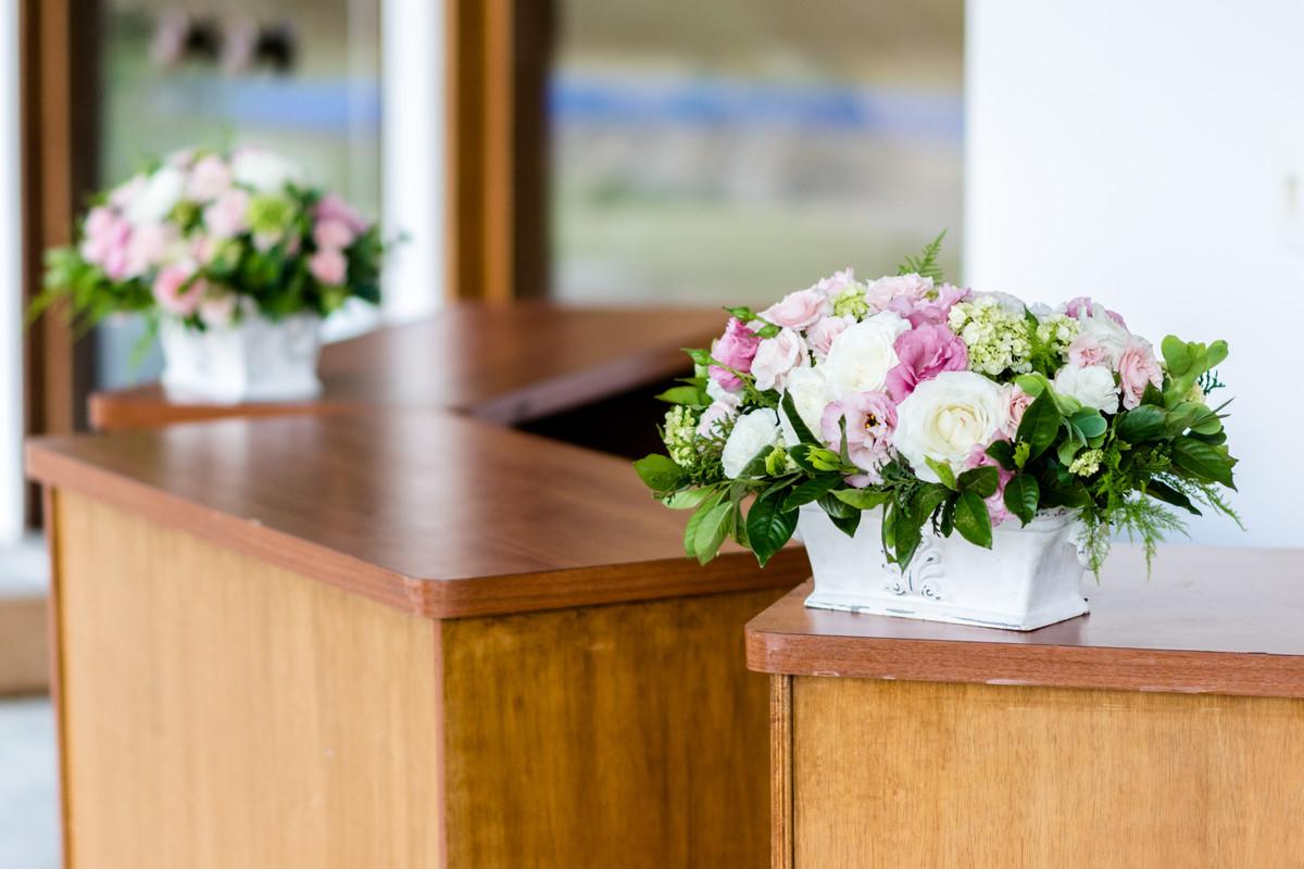 Arranjos florais para compor a decoração da mesa do bar.