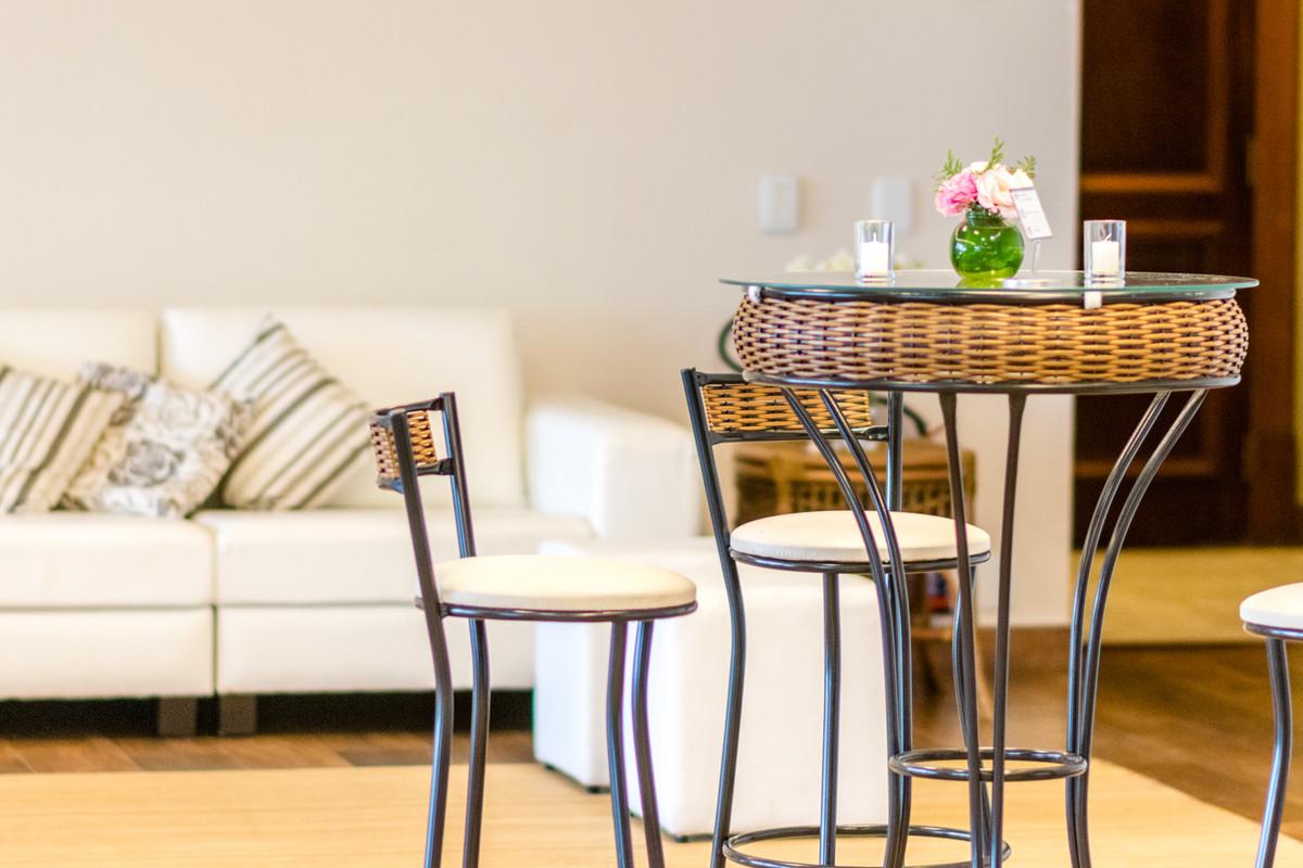Mesinhas e cadeiras altas são um charme só.