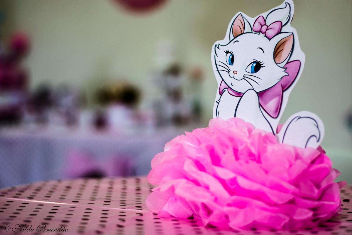 Destaque para o enfente da mesa que ficou a coisa mais fofa com a gatinha marie