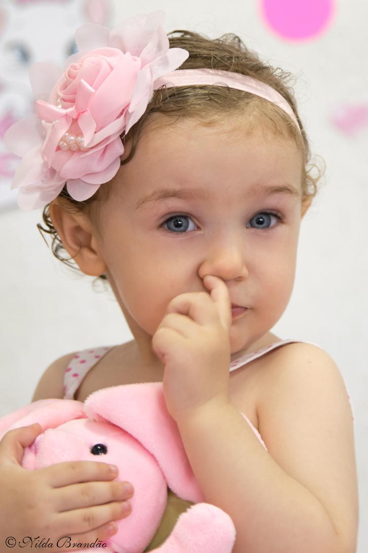 Criança é linda até limpando o nariz.