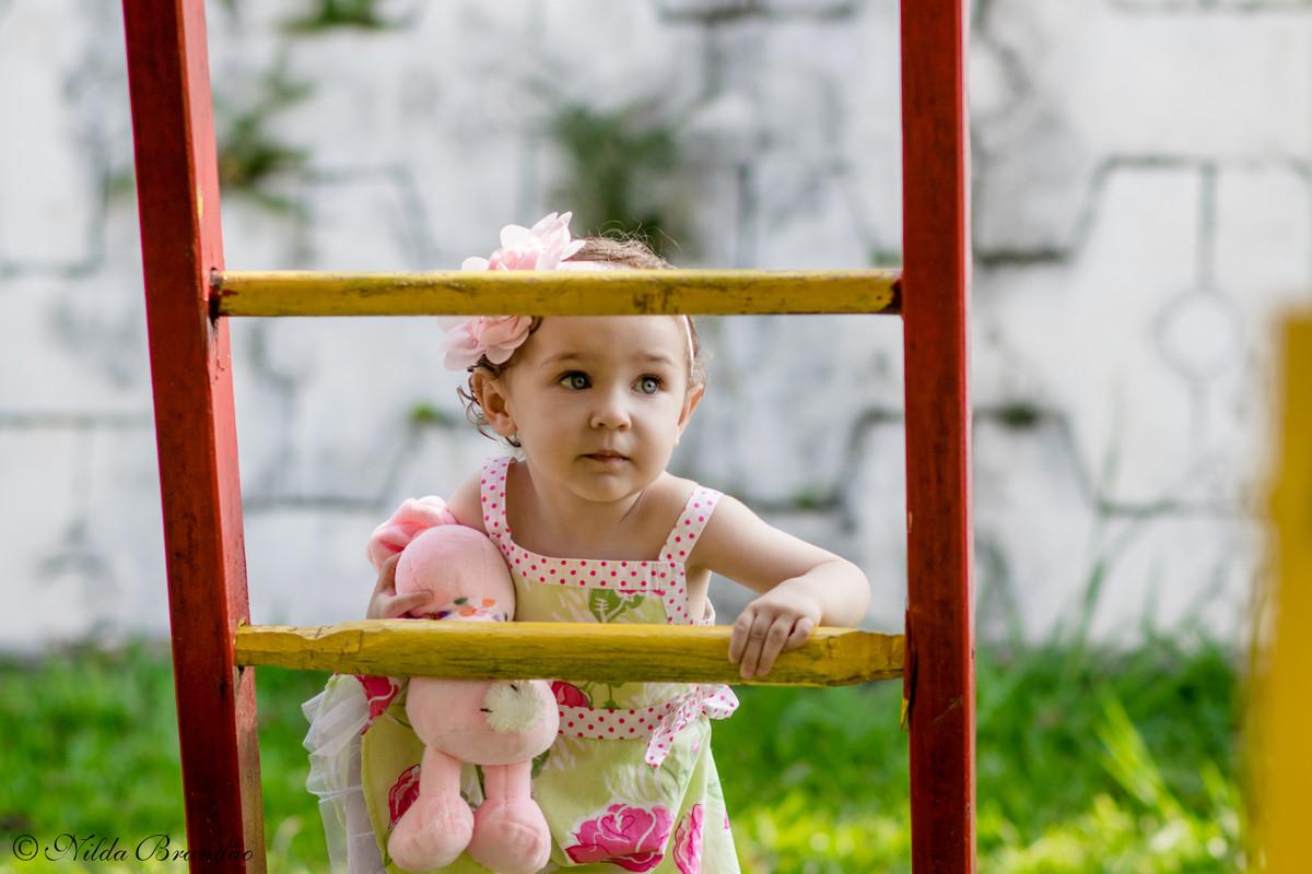 Subindo as escadas do brinquedo do playground