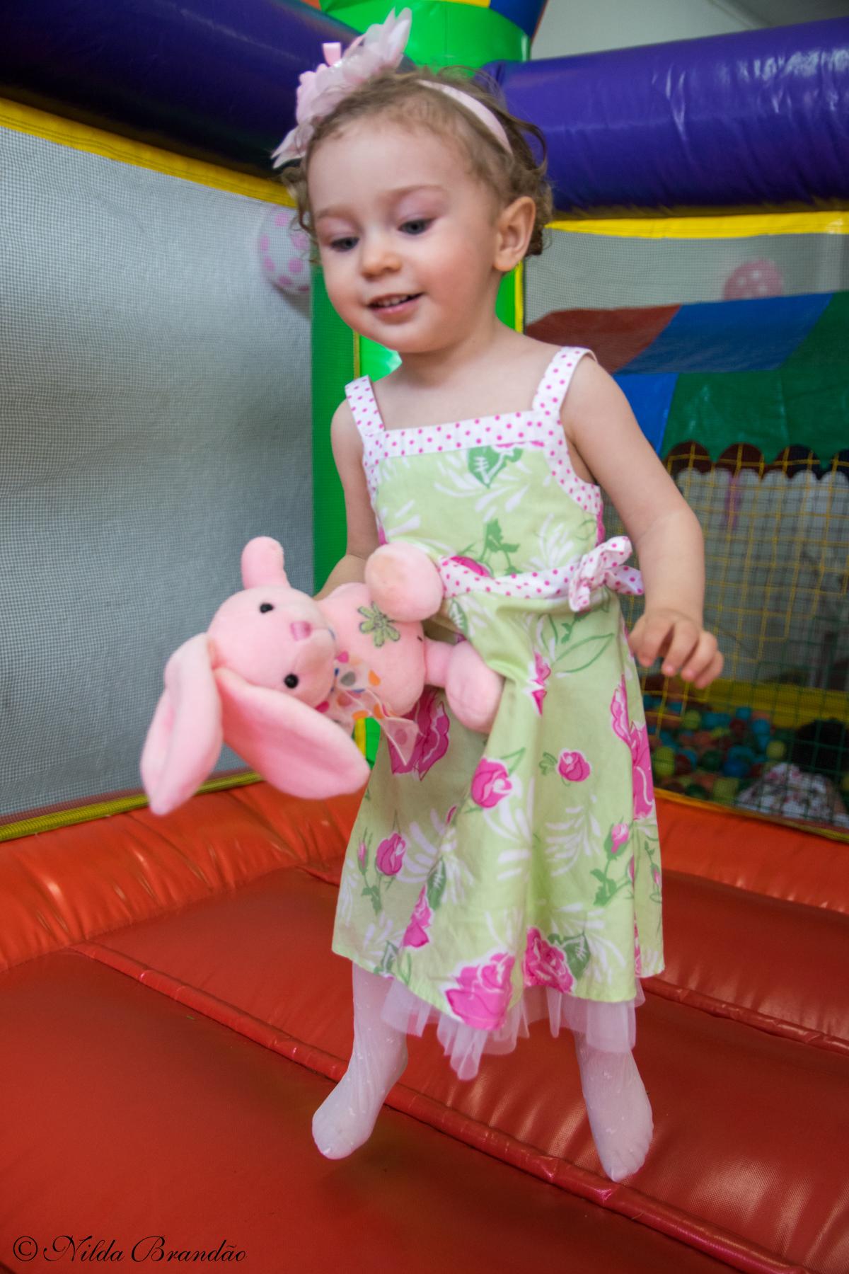 Pulando no pula pula na festinha de dois anos
