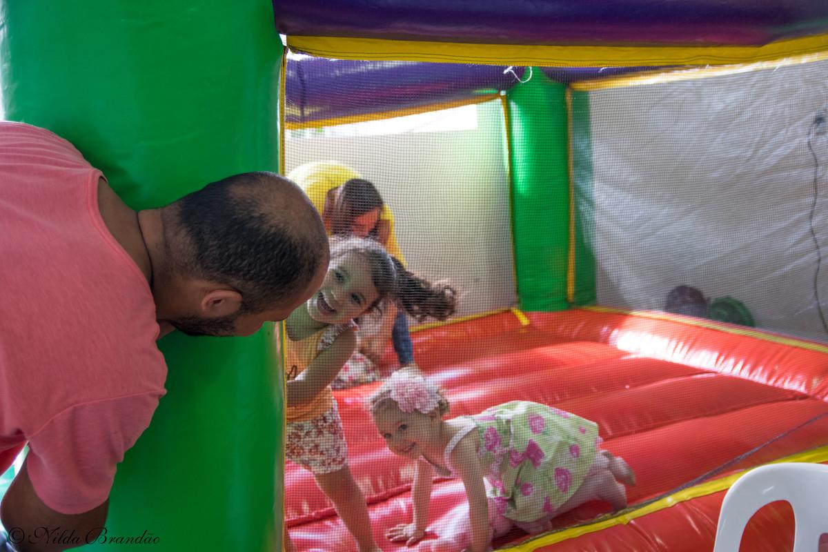 Crianças interagindo com o monitor do brinquedo na festa de aniversario. cadê o nenê?