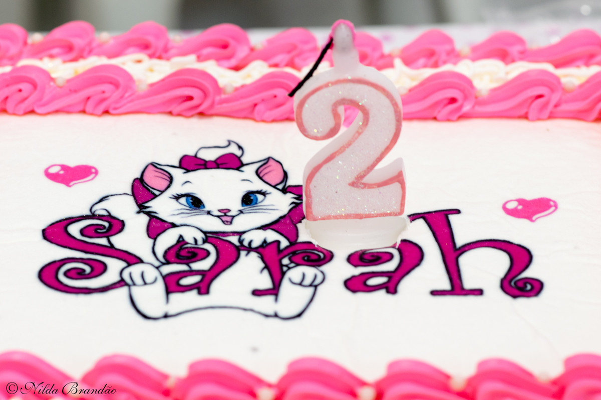 Detalhe do bolo com tema gatinha Marie, festinha de dois anos.