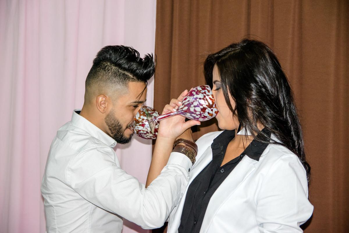 Boivos brindam e celebram o amor com taças de champanhe.