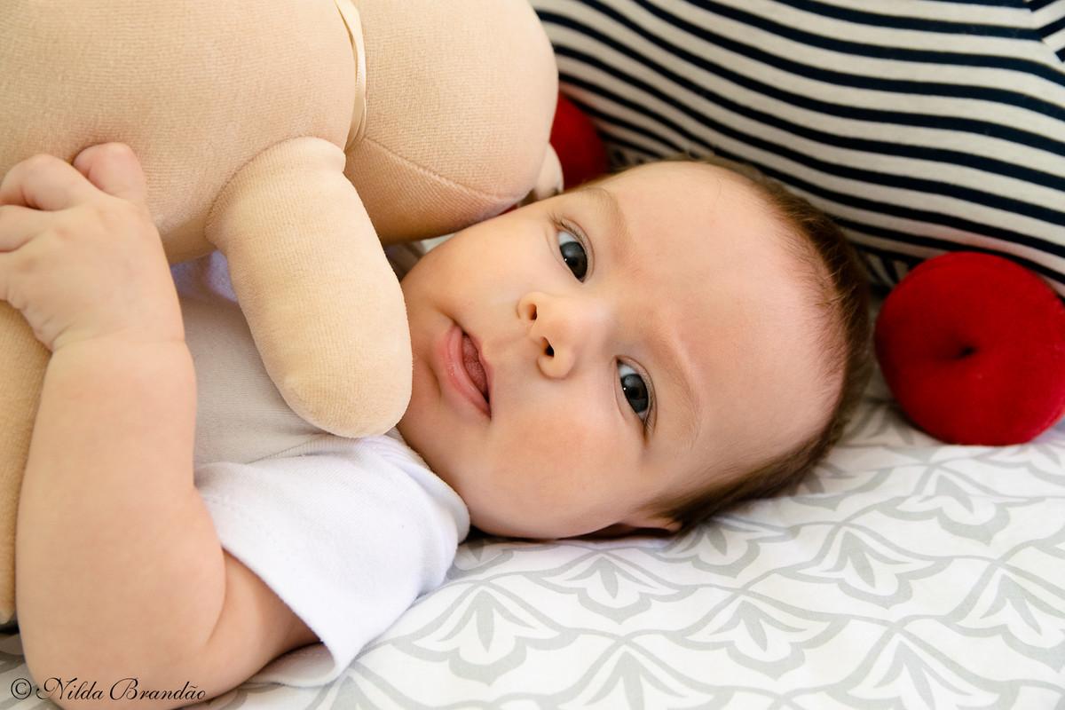 bebê brinca com ursinho em fotografias life style