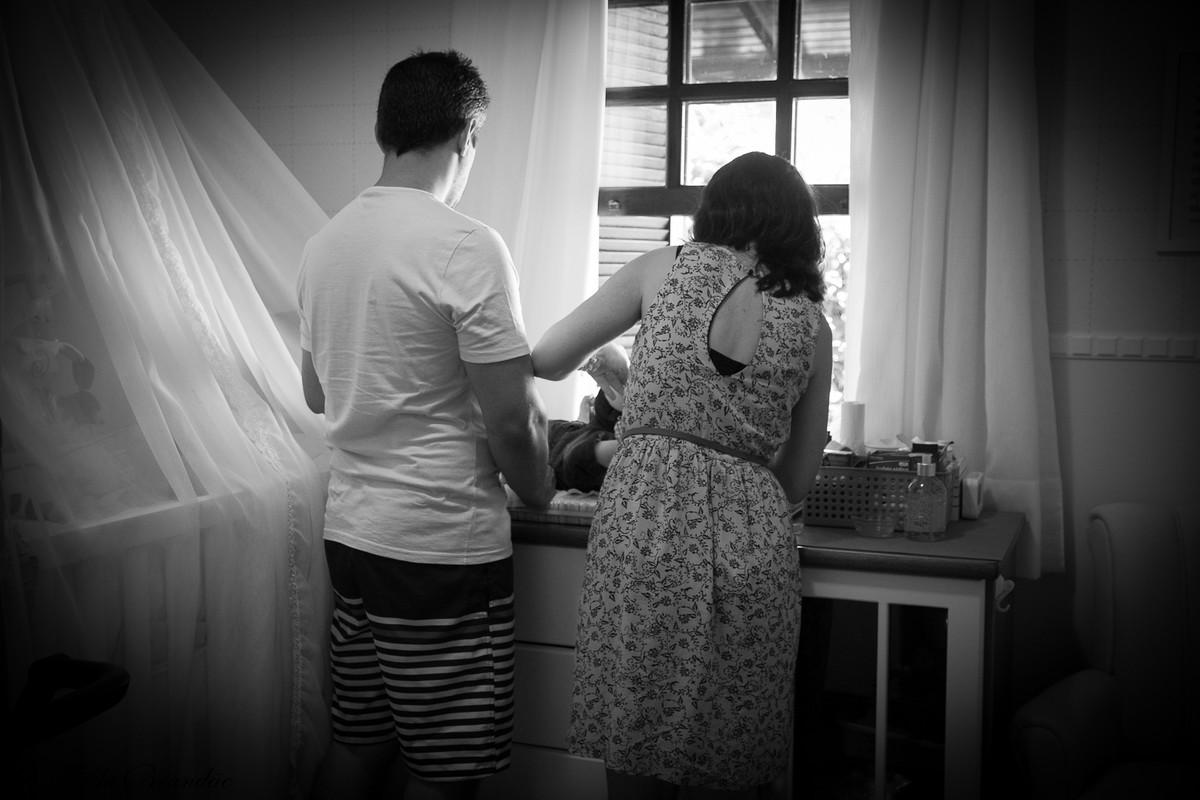 Momento lindo dos pais unidos para cuidar das necessidade do pequeno