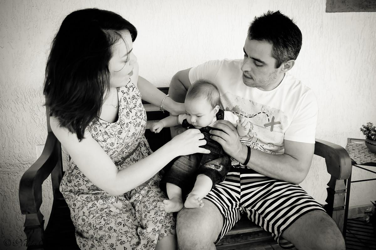 Pais brincam com o bebê num momento super descontraído