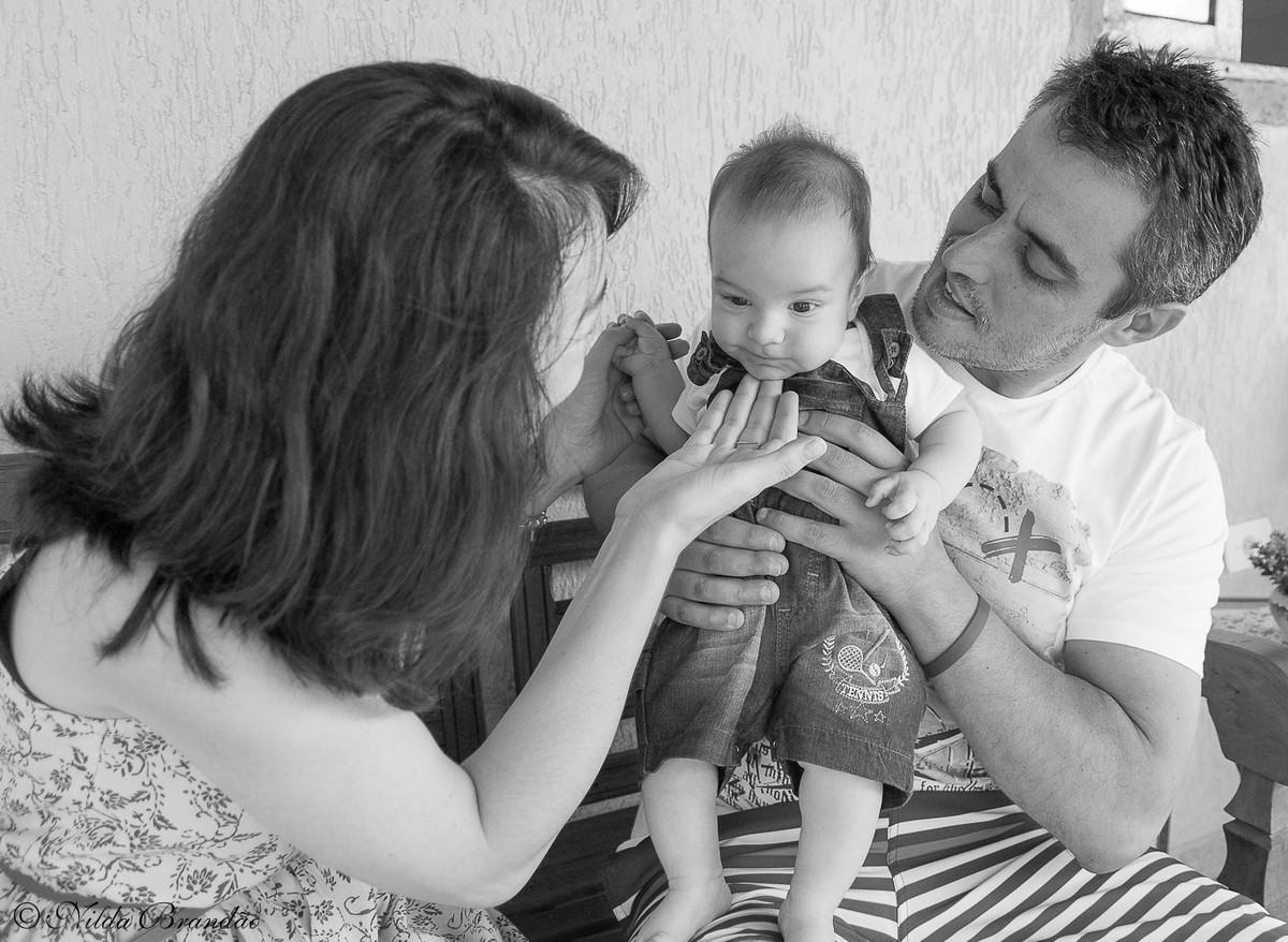 Mama~e chama atenção do bebê para sair na foto.