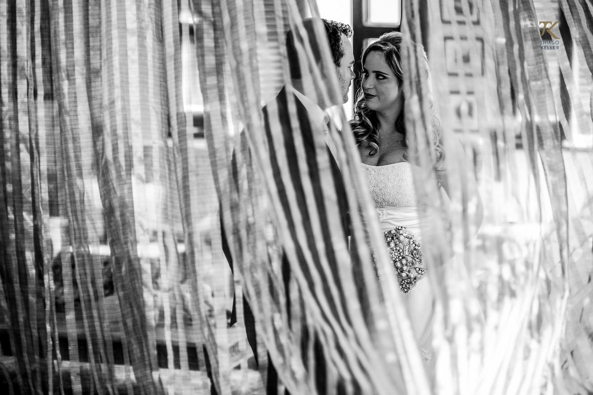 Foto de casamento em Minas Gerais. Pós-wedding com noiva e noivo em cena romântica atrás de uma cortina. Foto P