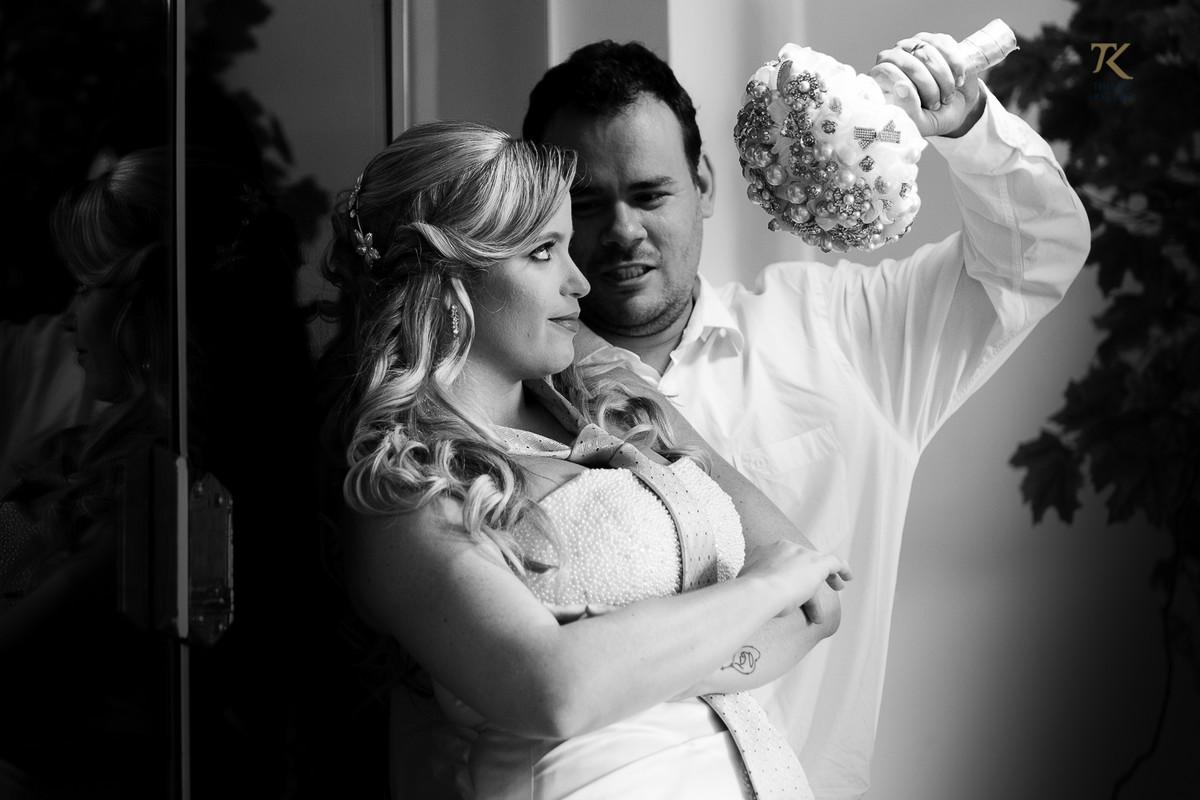 Foto de casamento em Minas Gerais. Pós-wedding com noiva e noivo em cena divertida com o buquê e gravata. Foto P