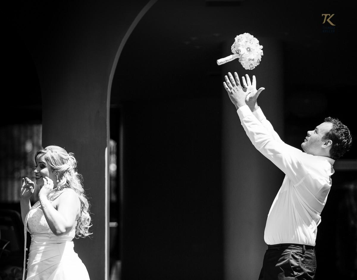 Foto de casamento em Minas Gerais. Pós-wedding com noiva e noivo em cena divertida em que a noiva joga o buquê para o noivo. Foto P