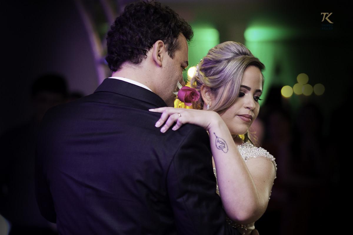 Momento da dança do casal, em que o noivo coloca uma rosa na boca;.