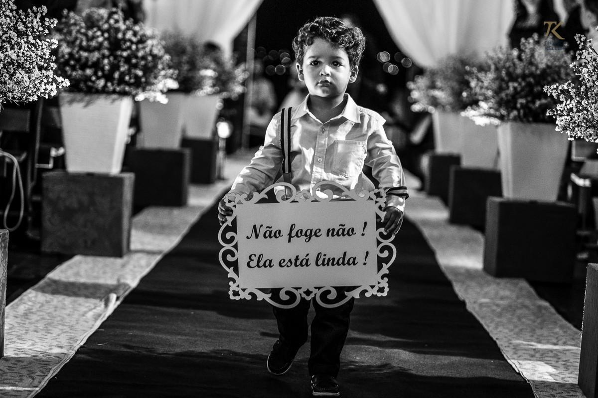 Foto de casamento em Minas Gerais. Entrada do pajem com a placa Não foge não! Ela está linda. P