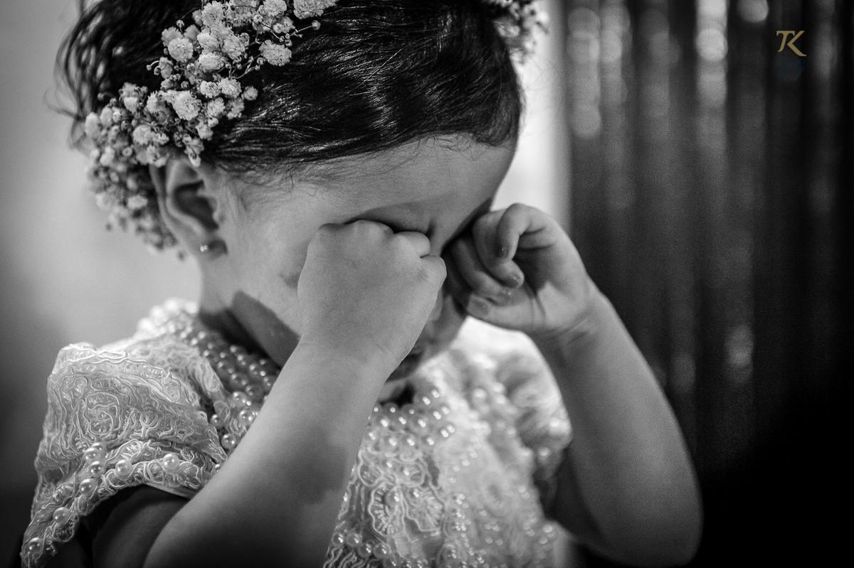 Foto da daminha com sono. Foto em preto e branco.