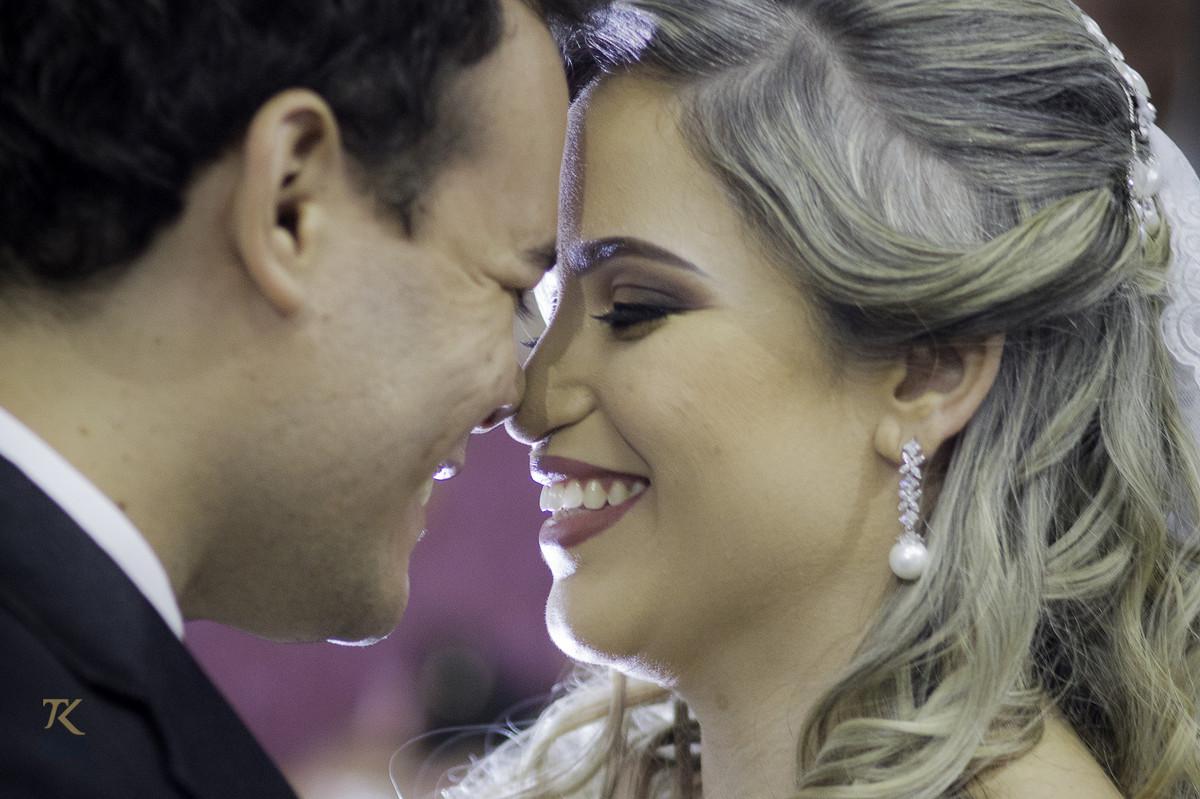 Foto do casal em momento íntimo e feliz.