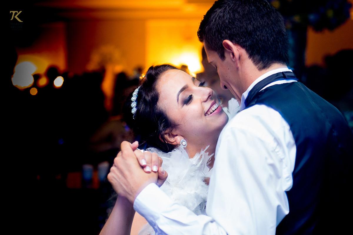 Foto da festa de casamento com o casal Dougas e Isabelle dançando.
