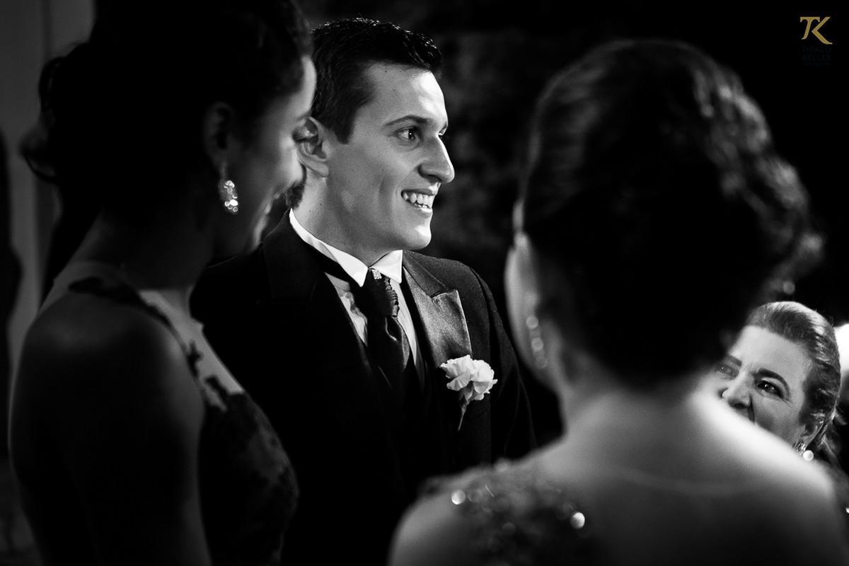 Foto do noivo aguardando a noiva no altar da Igreja do Rosário. Foto em Preto e Branco.