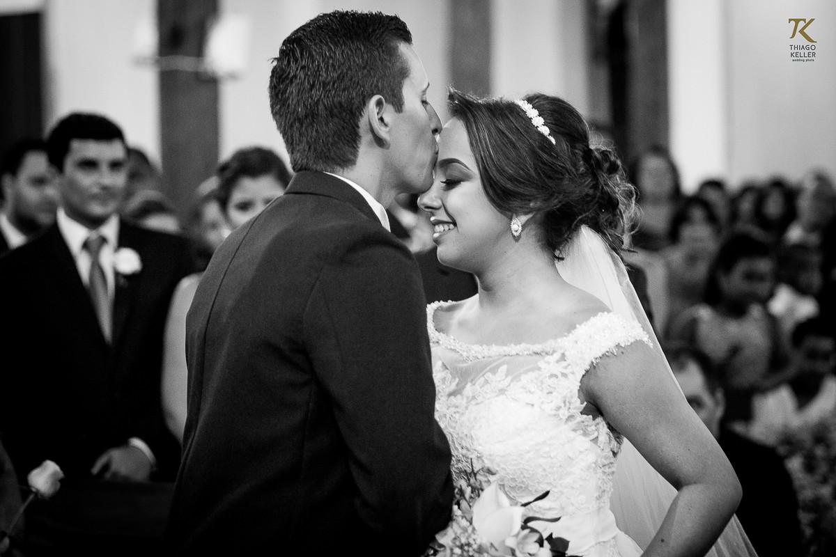 Foto do noivo recebendo a noiva no altar da Igreja do Rosário. Foto em Preto e Branco.