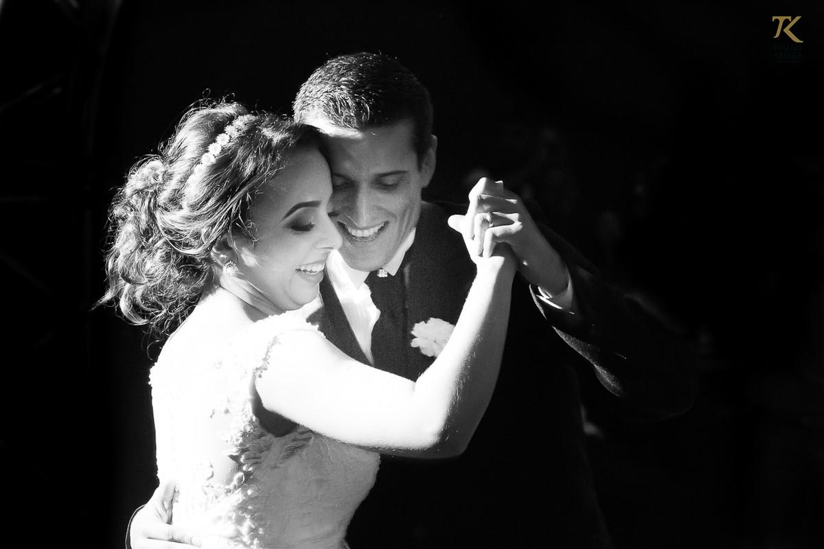 Foto dos noivos dançando pela primeira vez como marido e mulher. Foto em Preto e Branco.